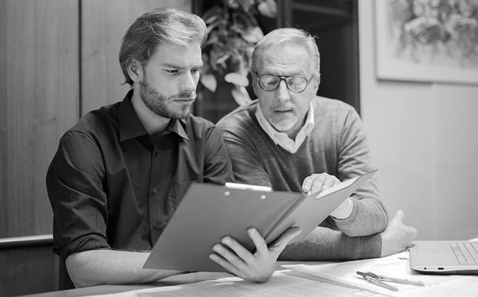 Vater und Sohn beraten über Altersvorsorge