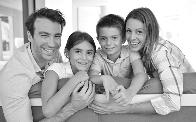 glückliche Familie, Ehepaar mit zwei Kindern
